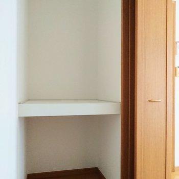 【洋室】扉の影に棚がありました