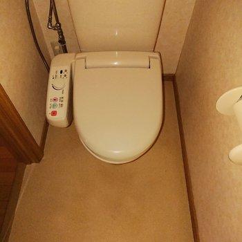 トイレには温水洗浄便座が付いています。※フラッシュ撮影を使用しています。