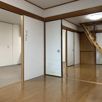 【洋室①】リビングと隣の洋室、クルッと回れます
