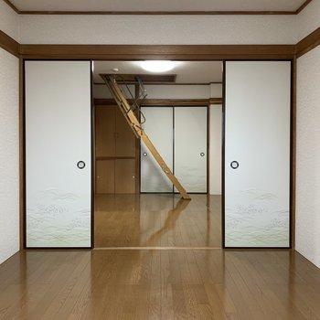 【洋室①】4つの引き戸で仕切ります