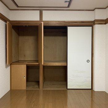 【洋室②】洋服も家電も入る大きさです