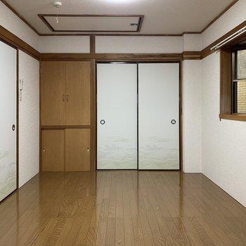 【洋室②】色が濃い目の家具が合いそうですね