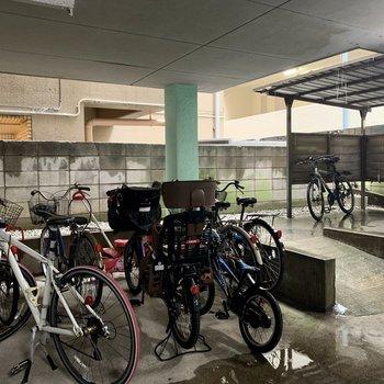 屋根付きの駐輪場もあります