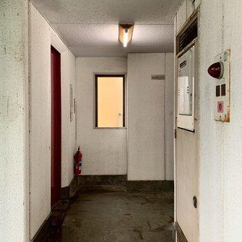 お部屋の目の前は真っ赤なエレベーター