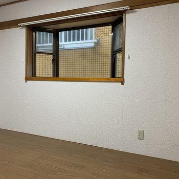 【洋室②】出窓に雑貨を置いてもいいですね