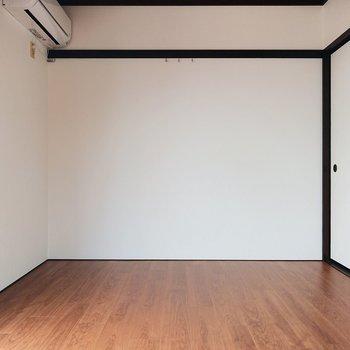 黒の縁取りが室内を引き閉めたものにしています。