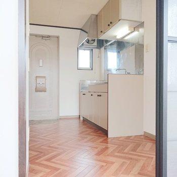 キッチンが見えますね。床もヘリンボーン柄ですよ。