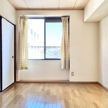 【洋室6帖】こちらも腰窓です。※カーテンは残置物です