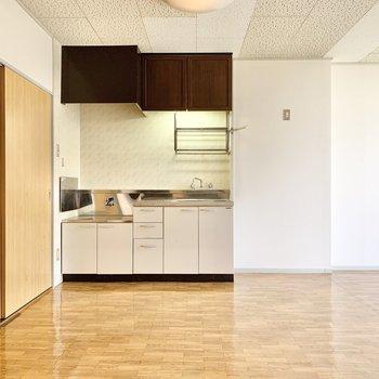 【LDK】隅にはキッチンが。