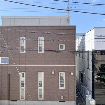 向かいは建物があります。