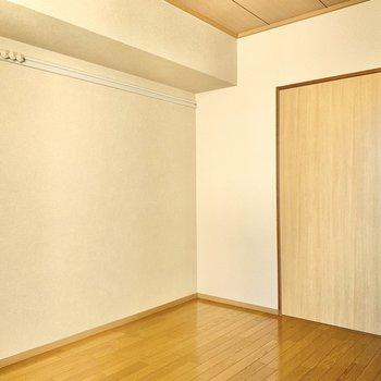 【洋室6帖】こちらのお部屋にもピクチャーレールが。