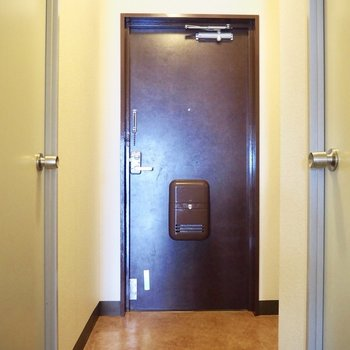 玄関部分。日頃使う靴はそのまま置いておけそうですね※写真は5階の同間取り別部屋のものです