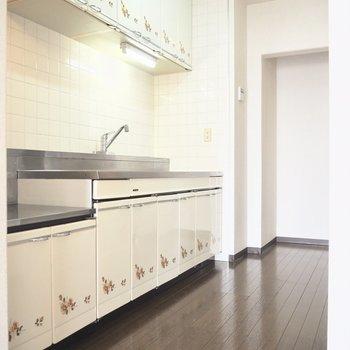 キッチンには可愛らしいお花のプリントが※写真は5階の同間取り別部屋のものです