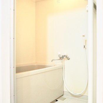真っ白な浴室※写真は5階の同間取り別部屋のものです