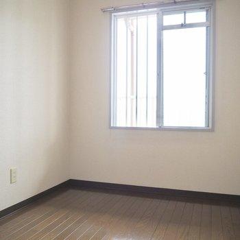 【洋室5帖】優しい光が差し込みます※写真は5階の同間取り別部屋のものです