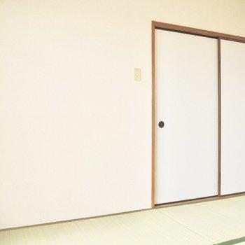【和室】6帖なので引き戸を閉めても狭く感じません※写真は5階の同間取り別部屋のものです