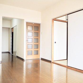 広々としたリビングスペース※写真は5階の同間取り別部屋のものです