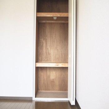 ボックスを使うと洋服も仕舞いやすそう※写真は5階の同間取り別部屋のものです
