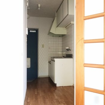 では、キッチンへ向かいましょう。棚が多く見えますね。