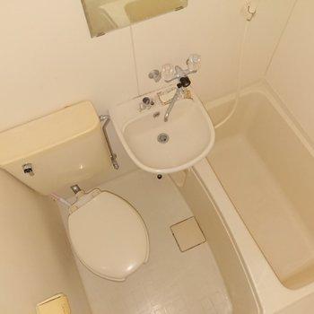 浴室は3点ユニットバスです。
