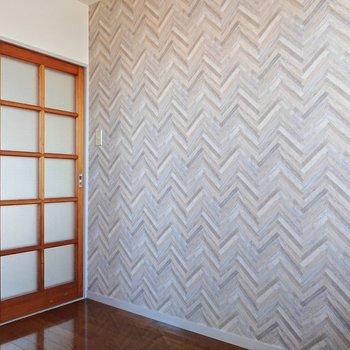 【洋室2】グレーのヘリンボーン地がシックな空間を演出しています。