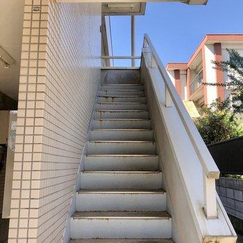この階段を登っていきます。※写真は前回募集時のものです