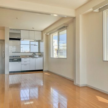 【LDK】キッチン周りも窓が多くて換気しやすいですよ。
