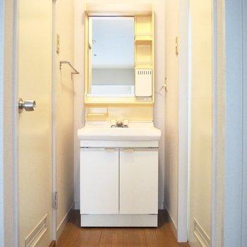 リビング奥に洗面台があります。※写真は前回募集時のものです