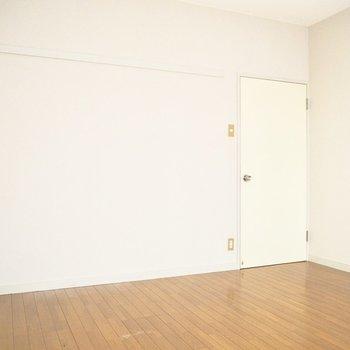 【洋室】こちらにもピクチャーレールがあります。※写真は前回募集時のものです