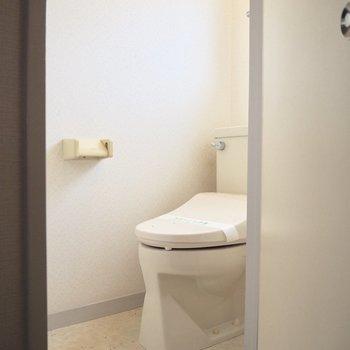 個室のトイレです。温水洗浄便座つき。※写真は前回募集時のものです