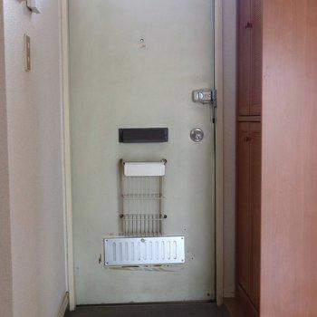 白くてがっしりした玄関
