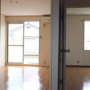 【DK】玄関から見ると洋室2部屋がが望めます