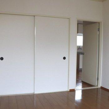 【洋室6帖】窓側から見ると。正面は襖の押入れ