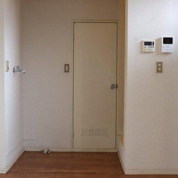 【DK】壁側から見ると。正面ドアはトイレドア