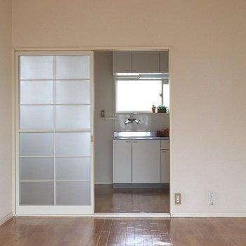 【洋室7.5帖】バルコニーから見ると。キッチンが見えます