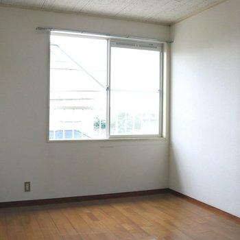 【洋室6帖】中窓からも明るい日差しが