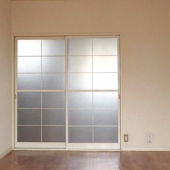 【洋室7.5帖】キッチンとの仕切りは引き戸のガラス戸