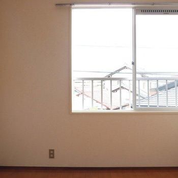 【洋室6帖】中窓からの日差しは良好