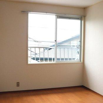 【洋室6帖】白い壁とブラウンのフローリングが映えます