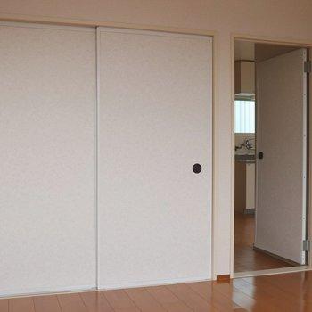 【洋室6帖】窓側から見ると。左は引き戸の襖