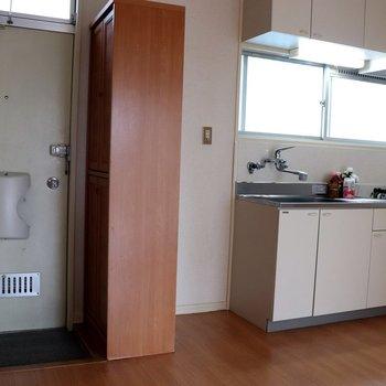 【DK】玄関の右は木製のシューズボックス