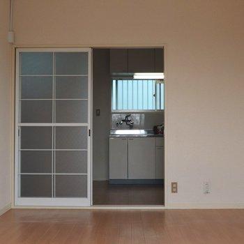 【洋室7,5帖】バロコニー側から見ると。仕切りはガラス扉です。