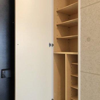 玄関向かって右がシューズボックス。