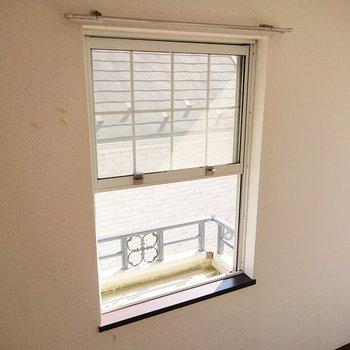 小窓の奥に植物など置けるようになっています。