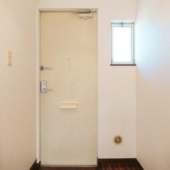 玄関にも小窓が付いていて明るいですね。靴棚が無いため、自分の好きなようにできますよ。