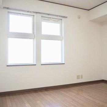 【洋室】可愛い双子の窓
