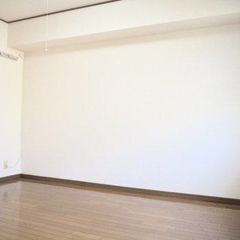 【洋室】ベッドはこちら側に置くのが良さそう