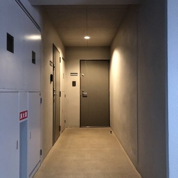 お部屋は突き当りのドアからです
