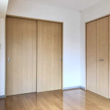 【洋室】引き戸を閉じると、落ち着く空間になりますね