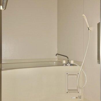 ゆったり入れそうなお風呂です※写真は通電前・フラッシュを使用して撮影しています